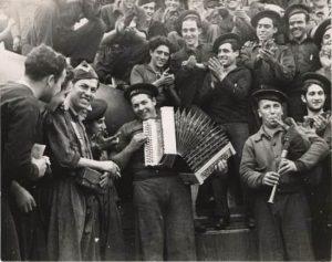 soldados tocando